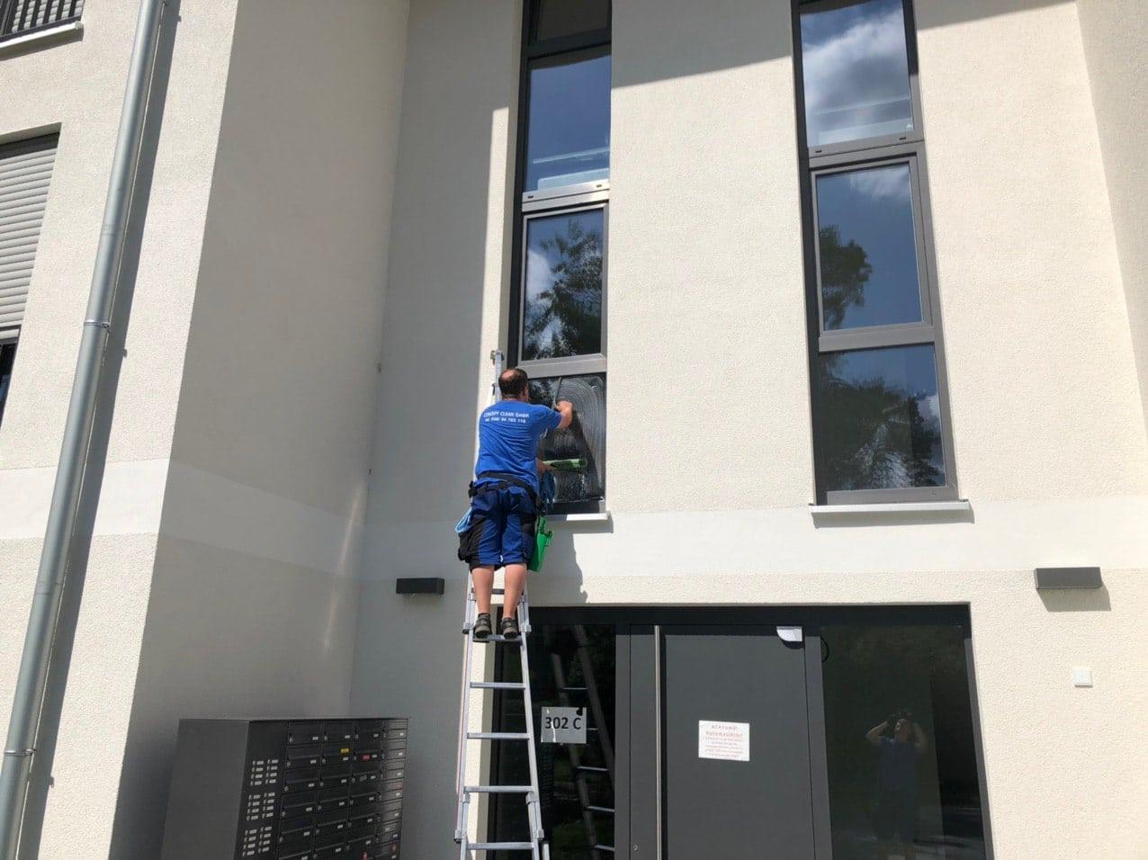 Glasreinigung Berlin mit Leiter
